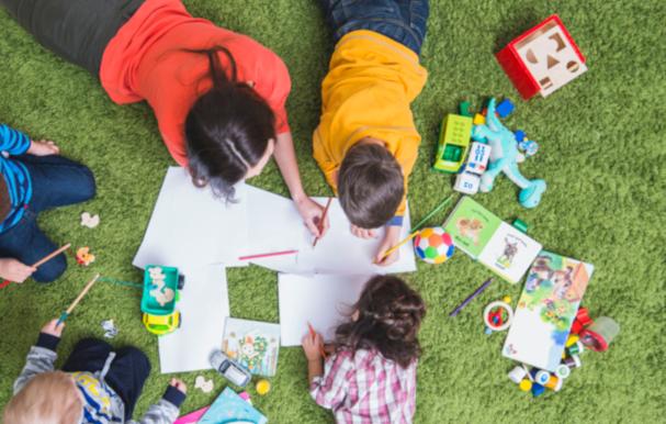 Игры на искусственном газоне, чем занять детей в саду