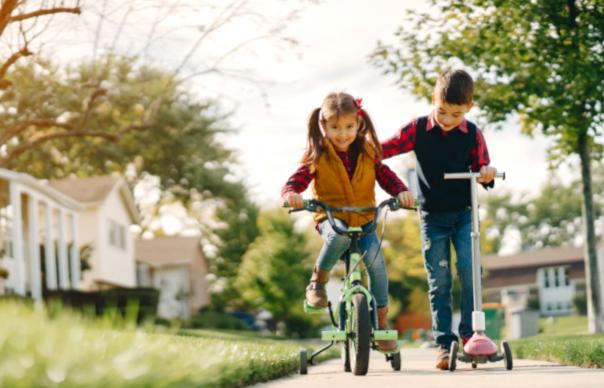 Игры на искусственном газоне, чем занять детей на площадке