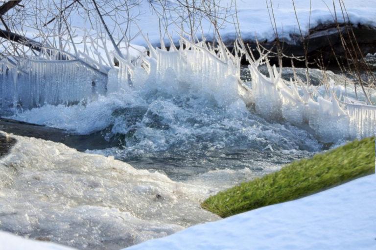 Как сохранить искусственную траву в жёстких погодных условиях лёд