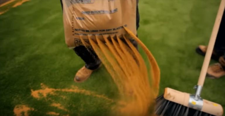 Искусственная газонная трава засыпка песком